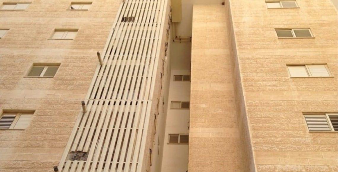 הרחקת ציפורים בטור מסתורי כביסה בבנין רב קומות