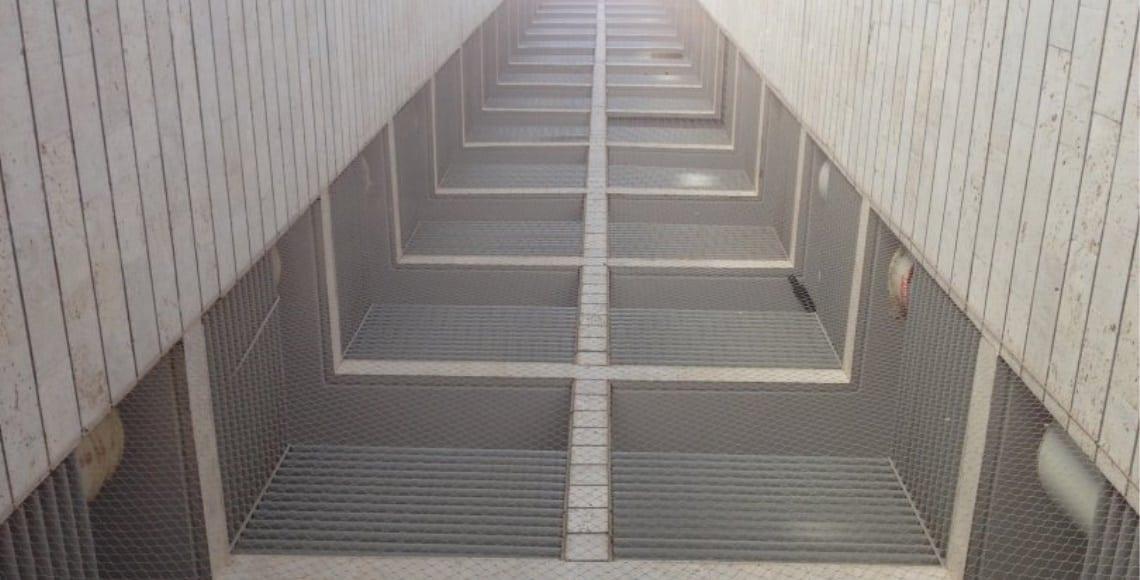 התקנת רשת אנכית בטור מסתורי כביסה