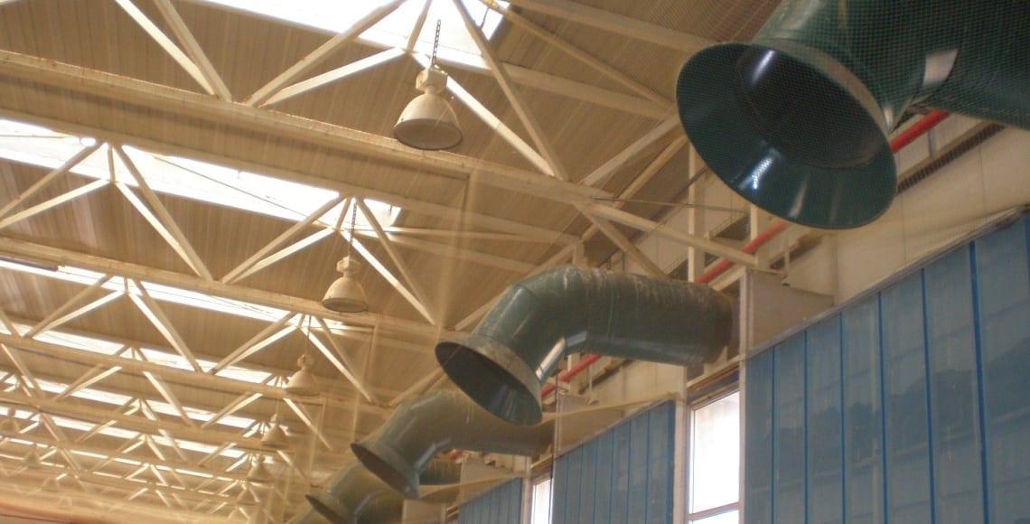 התקנת רשת מקצועית בתקרה ובקירות למניעת נוכחות יונים במחסן