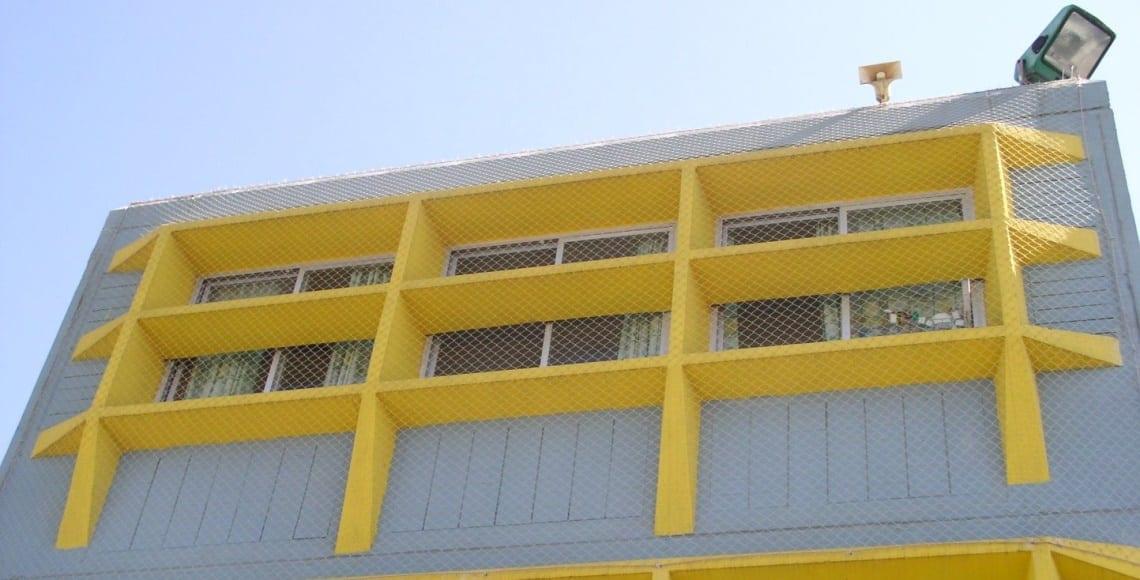 התקנת רשת מקצועית למניעת גישת ציפורים בחלונות בית ספר