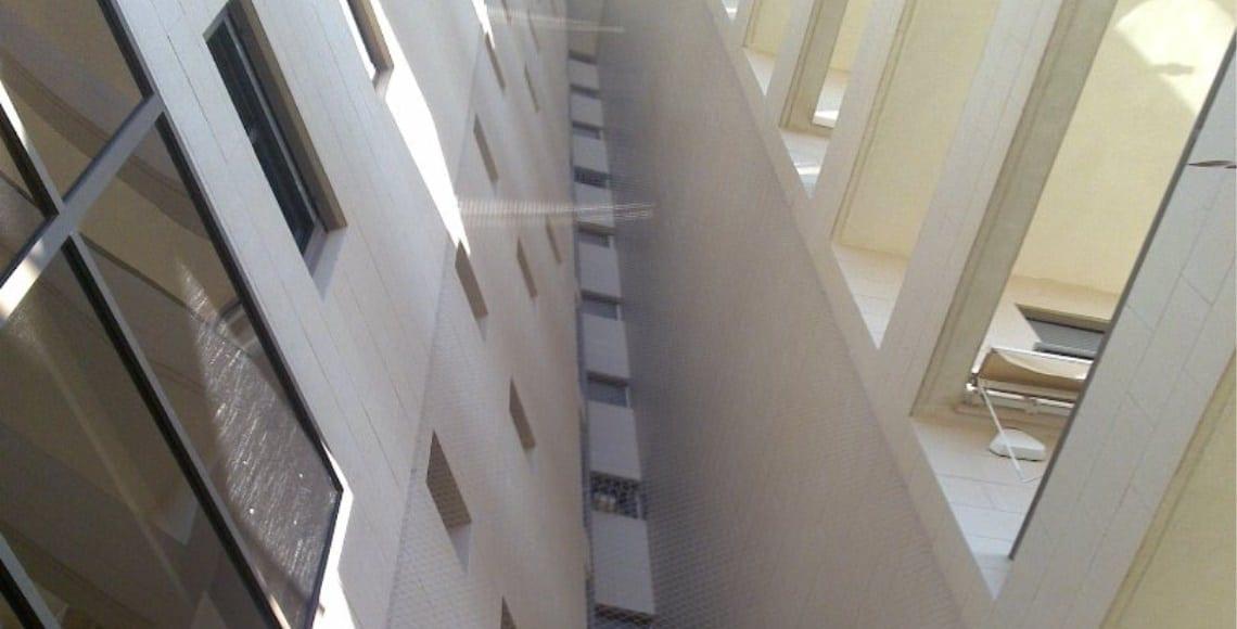 התקנת רשת פוליאטילן אנכית בכוך חלונות בבנין