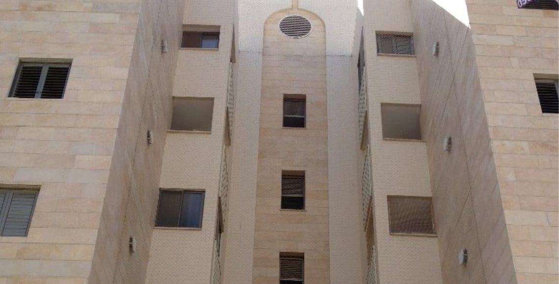התקנת רשת פוליאטילן אנכית כוללת מסתורי כביסה וחלונות
