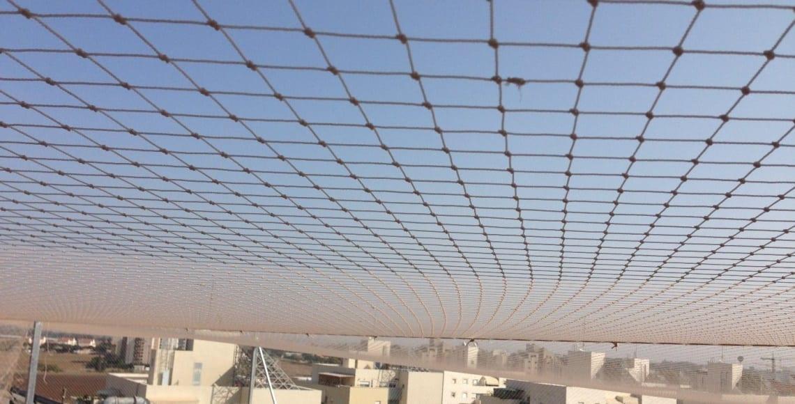 התקנת רשת פוליאטילן אפקית למניעת נוכחות יונים במערכות בגג בנין