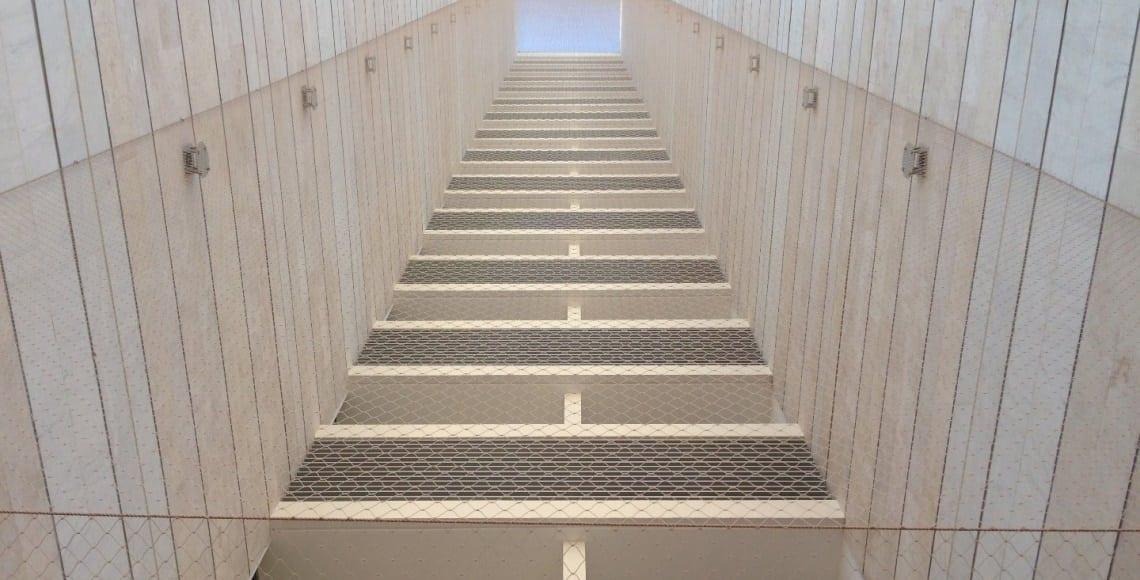 התקנת רשת פוליאטילן בטור מסתורי כביסה כולל יצירת רצפה ותקרה.